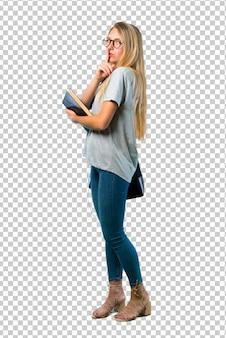 Studentenmeisje die met glazen een teken van het sluiten van mond en stiltegebaar tonen die vinger in mond zetten