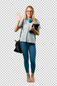 Studentenmeisje met glazen die vijf met vingers tellen