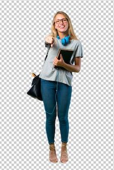 Studentenmeisje met glazen met vinger op iemand richten en veel lachen
