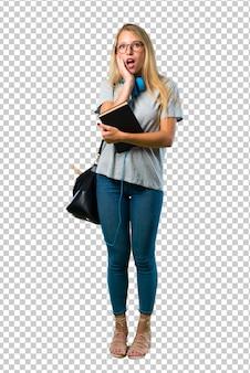 Studentenmeisje met glazen verrast en geschokt terwijl het kijken net. expressieve gezichtsemotie