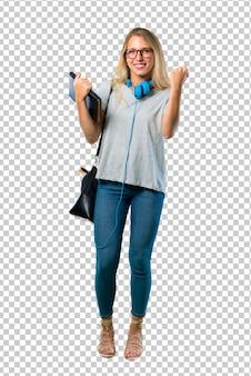 Studentessa con gli occhiali che celebra una vittoria e felice di aver vinto un premio