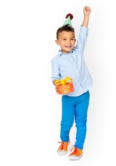 Studioportret van een klein jongen en een verjaardagsconcept