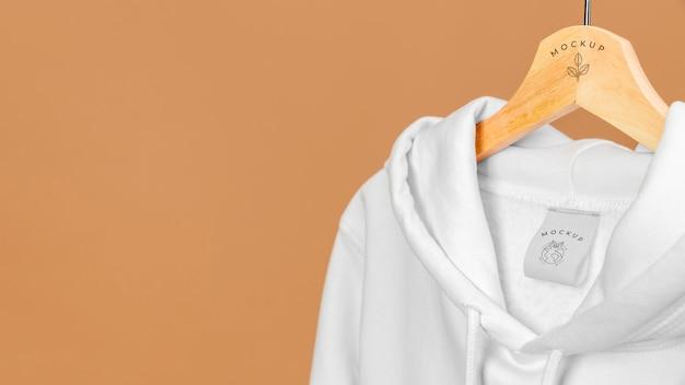 Sudadera con capucha de maqueta de cerca