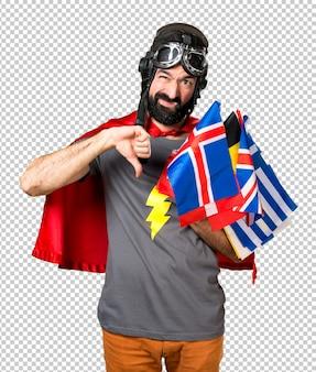 Super-herói com um monte de bandeiras fazendo sinal ruim