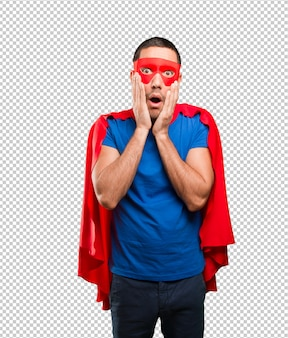 Superhéroe en shock posando