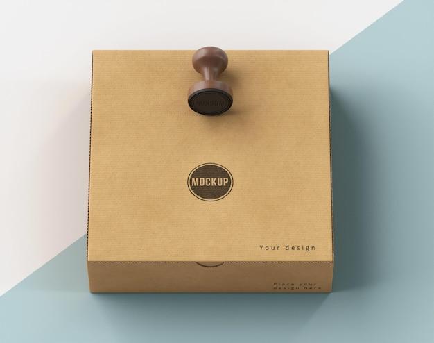 Surtido de alto ángulo de caja etiquetada con sello