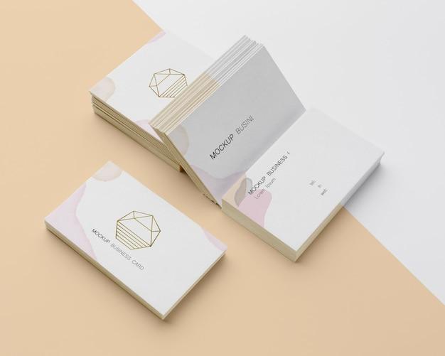 Surtido de alto ángulo de maquetas de tarjetas de visita