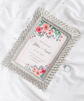 Surtido de elementos de boda con maqueta de marco