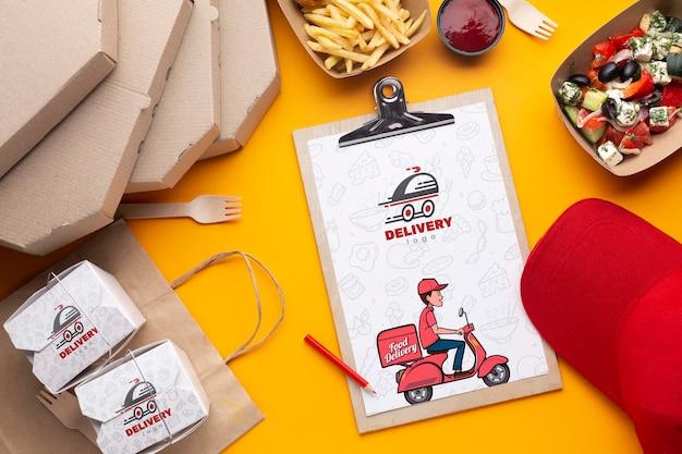 Surtido de entrega de alimentos gratis con maqueta de portapapeles