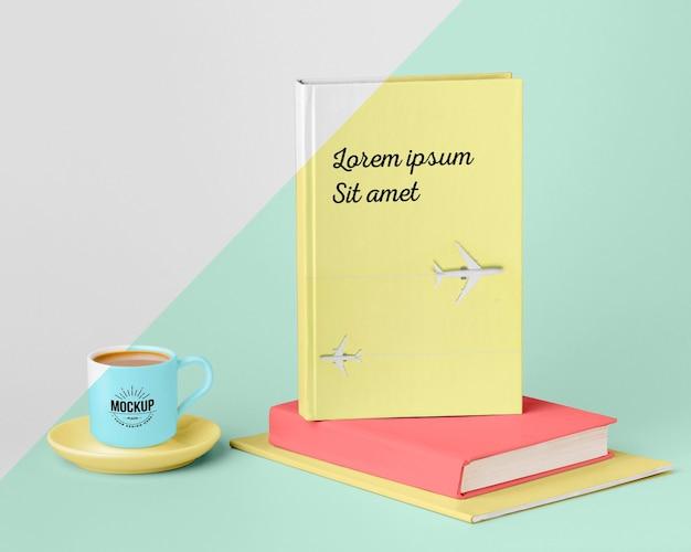 Surtido de maquetas de portadas de libros con taza de café