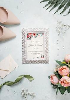 Surtido plano de elementos de boda con maqueta de marco