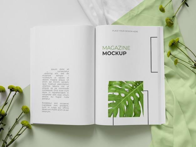 Surtido de revistas y plantas