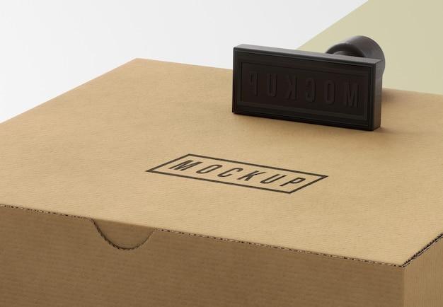 Surtido de sello y caja etiquetados