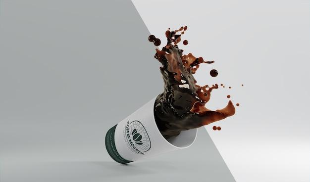 Surtido de taza de café de papel con salpicaduras de café