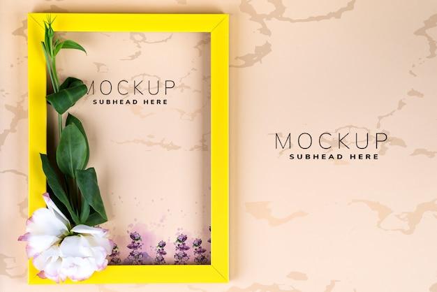 Svuoti il eustoma giallo dei fiori e della struttura su carta beige con lo spazio della copia.