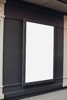 Tabellone per le affissioni in bianco su una parete