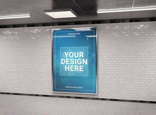 Tabellone per le affissioni sotterraneo nel modello del tunnel