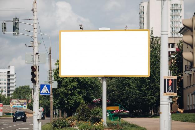 Tabellone per le affissioni vuoto in città