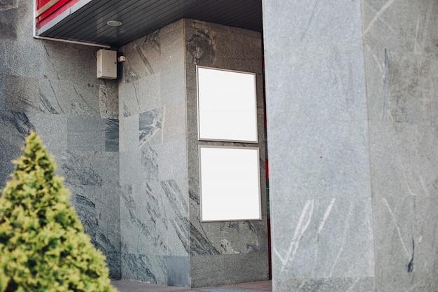 Tabelloni per le affissioni vuoti su una parete in una costruzione