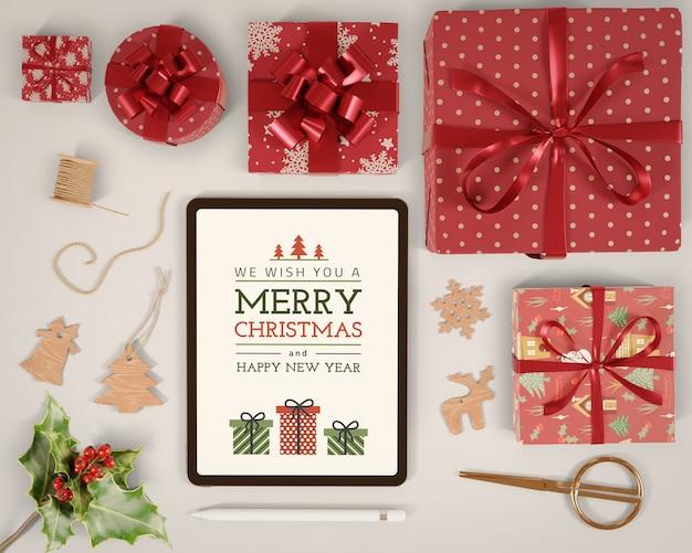 Tablet con messaggio natalizio acceso