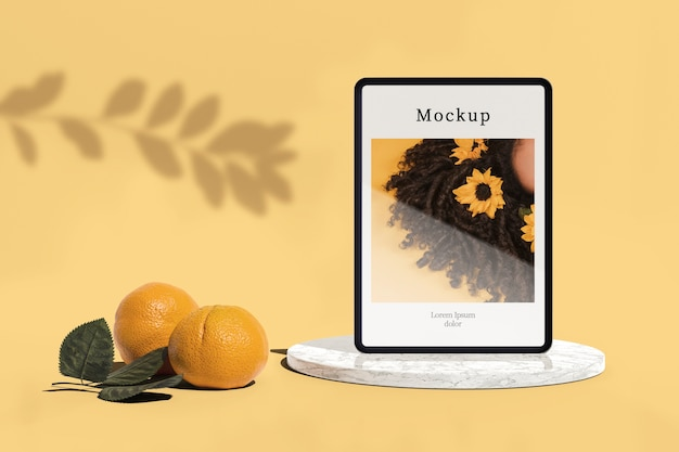 Tablet met foto en sinaasappelen