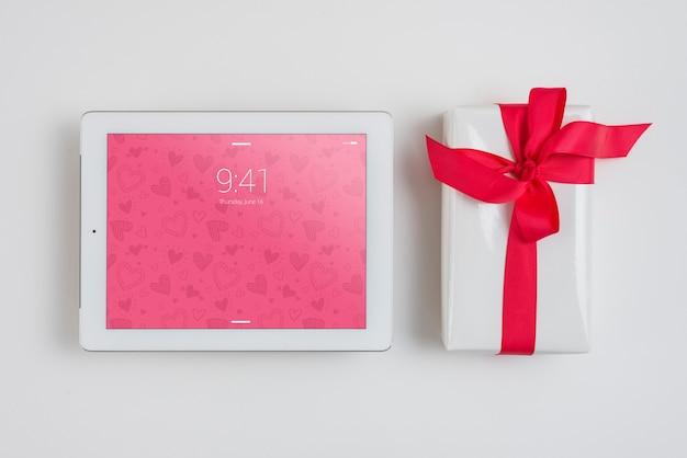 Tablet mockup met valentijnsdag elementen