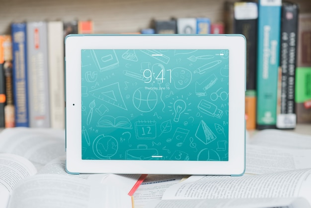 Tablet o ebook reader mockup con il concetto di letteratura