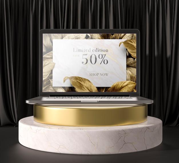 Tableta digital con hojas doradas en un soporte