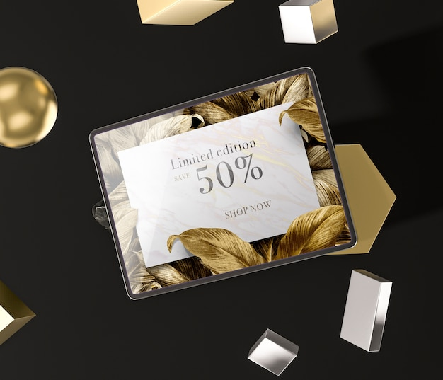 Tableta digital con hojas doradas