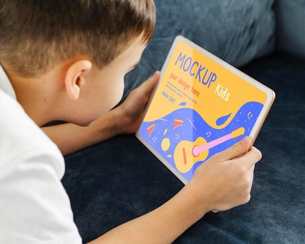 Tableta de explotación de niño de cerca