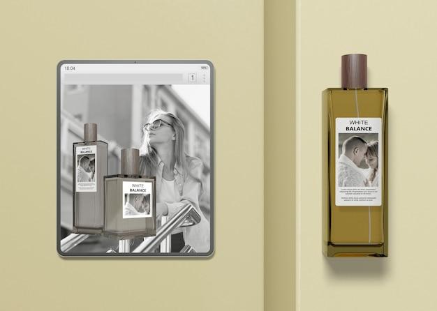 Tableta con maqueta de sitio web de perfumes