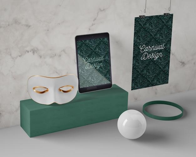 Tableta y máscara preparadas para el carnaval.