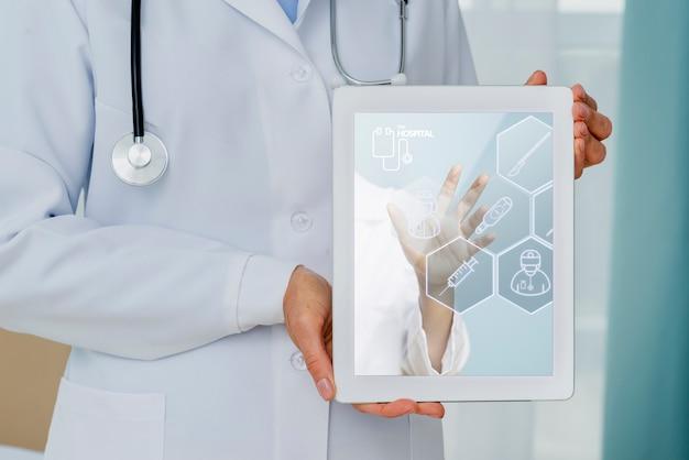 Tableta de salud en manos del primer médico