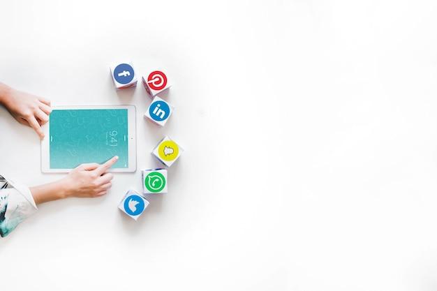 Tabletmodel met sociaal netwerkconcept