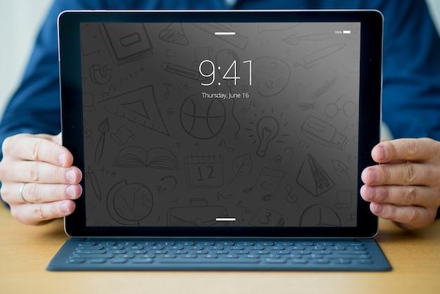 Tabletmodel met toetsenbord en man