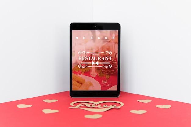Tabletmodel met valentijnskaartconcept
