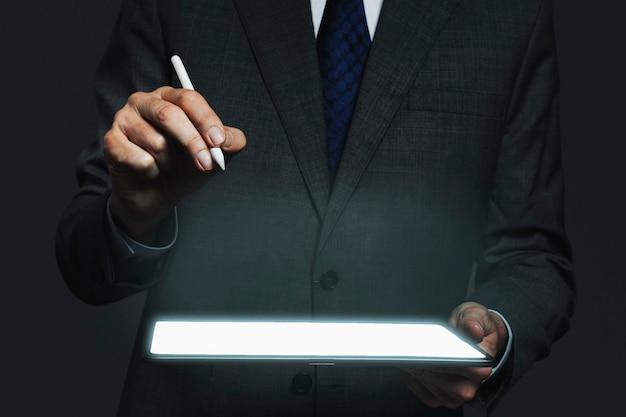 Tabletscherm mockup psd onzichtbare hologram geavanceerde technologie