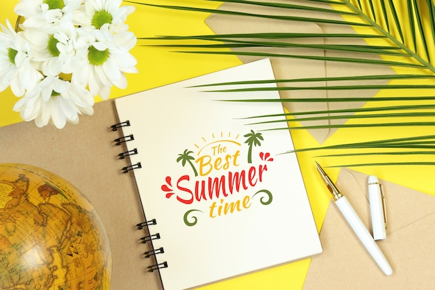 Taccuino di finto estate con globo, fiori e foglie di palma