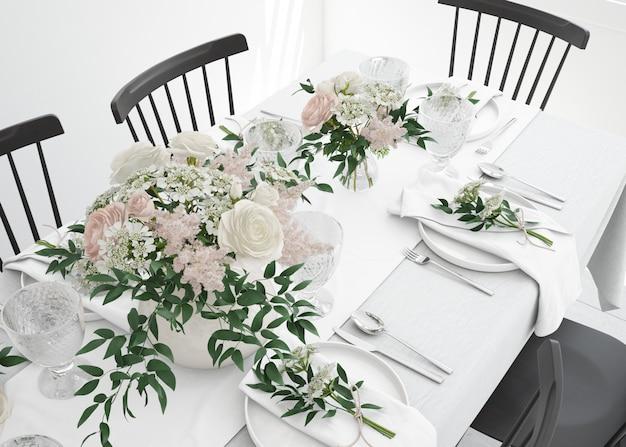 Tafel bereid om te eten met bestek en decoratieve bloemen