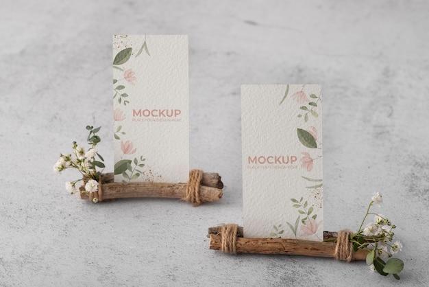 Tafeldisplay met bloemenpapieren kaartmodel