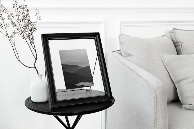 Tafelmodel fotolijst mockup psd op de tafel van de woonkamer