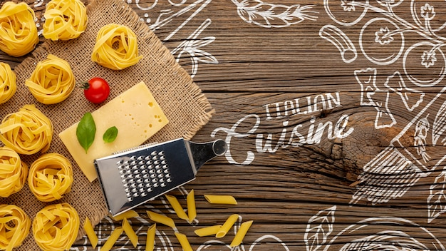 Tagliatelle crude distese piane e fondo disegnato del formaggio a disposizione