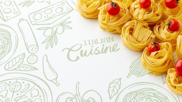 Tallarines y tomates crudos de alto ángulo con fondo dibujado a mano
