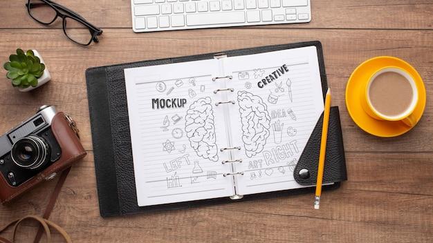 Taller de fotógrafos con maqueta de cuaderno