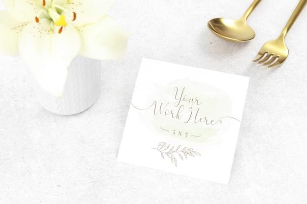 Tarjeta de agradecimiento de maqueta con cubiertos de oro