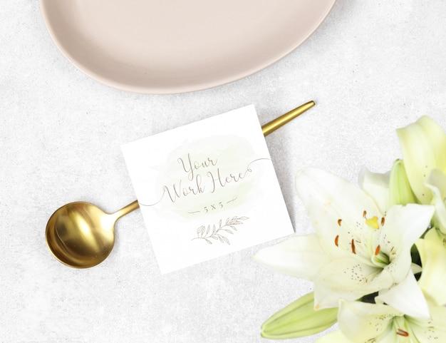 Tarjeta de agradecimiento de maqueta con cuchara de oro