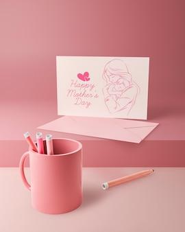 Tarjeta de amor del día de la madre y taza con marcadores