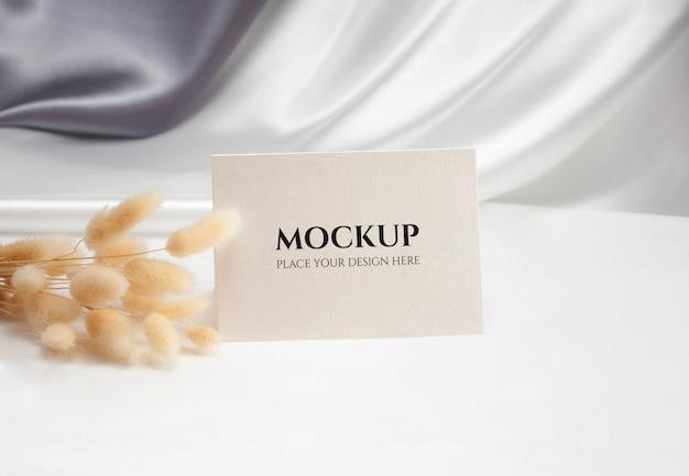 Tarjeta en blanco doblada con flor