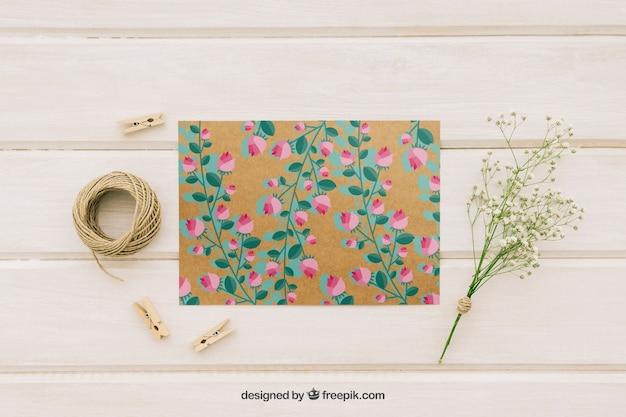 Tarjeta de boda, flores, cordel y pinzas de la ropa