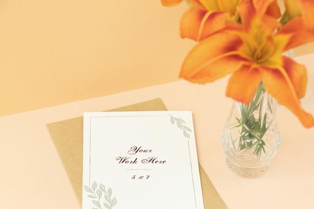 Tarjeta de boda maqueta sobre fondo beige